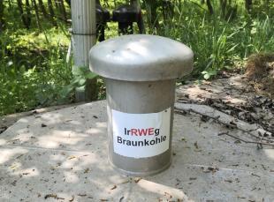 Protest an einer der zahlreichen Grundwasserpumpen, die den Tagebau Gazweiler trocken halten sollen