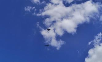 Am Flugplatz Altena-Hegscheid: Über uns wird ein Segelflugzeug von einem Motorflugzeig in die Höhe gezogen