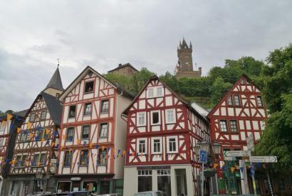 Oberhalb der Altstadt erhebt sich der Schlossberg mit dem Wilhelmsturm