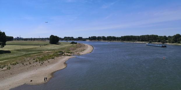 Blick von der Flughafenbrücke auf den Rhein in Richtung Düsseldorf