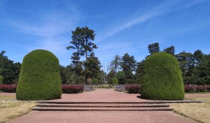 An einigen Stellen kann man erahnen, dass der Park in den 1930er Jahren entstand