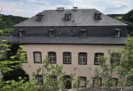 Das frühere Kanzleigebäude mit Barockgarten etwas unterhalb der Burg, heute ein Seminarhaus