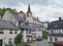 Blick vom Quellhof über die Kirche hinauf zur Burg Blankenheim