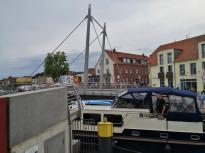 Schon passiert das erste Motorboot