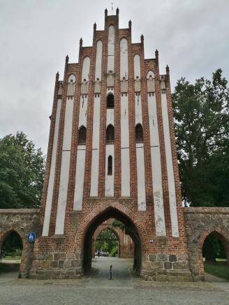 Stargarder Tor, Stadtseite mit Adorantinnen