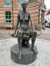 Skulptur vor dem ehemaligen Kaiserlichen Postamt