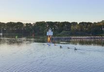 Bei Sonnenaufgang verlassen die Wildgänse den Seglerhafen, in dem sie an der Slipstelle auf Land übernachtet haben