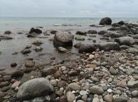 Findlinge am Strand, die die Gletscher der letzten Eiszeit zurückgelassen haben