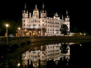 Das Schloss spiegelt sich im Burgsee
