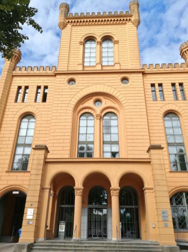 Portal des Mecklenburgischen Innenministeriums kim ehemaligen Arsenal am Pfaffenteich