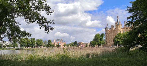 Blick von der Schlossinsel hinüber zum Alten Garten mit dem Staatstheater und dem Kunstmuseum