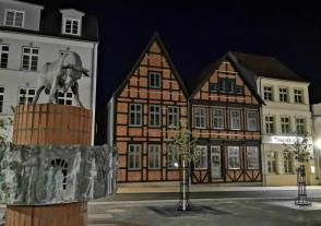 """Häuser am Schlachtermarkt mit dem Brunnen """"Herr Pasturn sien Kauh"""""""