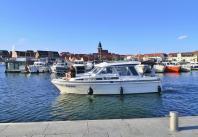 Auslaufende Yacht im Hafen