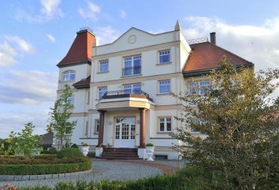 Prächtige Villen mit Seezugang säumen das Müritzufer in der Gerhart-Hauptmann-Allee