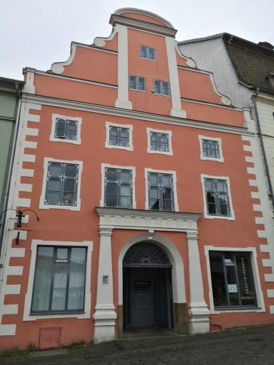 Hübsches Haus vor der Kirche