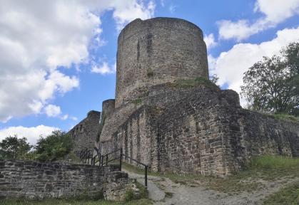 Der mächtige Bergfried der Burg Windeck
