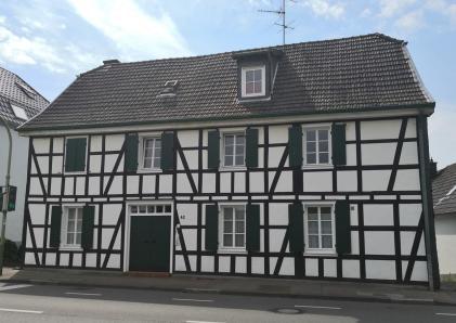 Historisches Fachwerkhaus neben der Kapelle