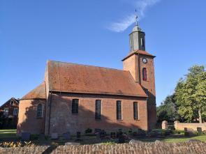 Die Kirche von Rühstädt mit dem kleinen Friedhof
