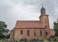 Hier sitzt ein Storch auf dem Kirchendach