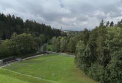 Blick von der Mauerkrone der Talsperre in Richtung Ortszentrum