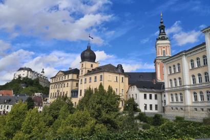 Links das Obere Schloss, in der Mitte des Untere Schloss, rechts die Bibliothek
