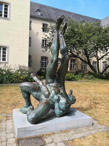 Skulptur vor dem städtischen Kramermusuem