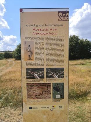 Hinweistafel zu den entdeckten Überresten der Römersiedlung Vicus Marcomagus