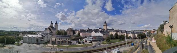 Blick vom Schlossberg zum Zentrum mit der Johanniskirche und dem Turm des Neuen Rathaus