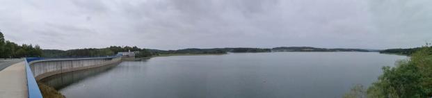 Panoramablick von der Staumauer auf den See