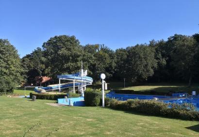 Spätsommerlich verwaist: Das Freibad von Bad Meinberg