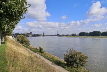 Blick vom Fuße der Rheinbrücke Neuenkamp in Richtung Homberg und Ruhrort mit der Ruhrmündung