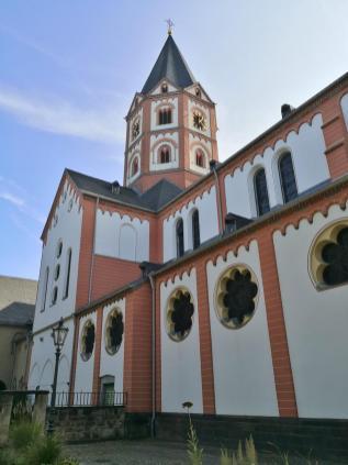 Seitlicher Blick auf die Basilika aus dem ehemaligen Klosterhof