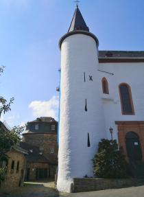 Glockenturm der Kirche, die im ehemaligen Pallas der Burg Wildenburg untergebracht ist