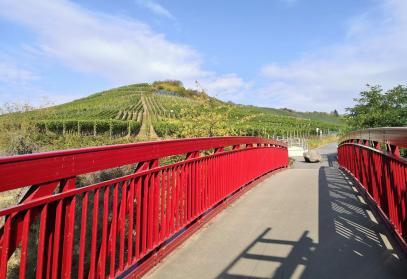 Eisenbahnbrücke vor den Weinbergen von Rech