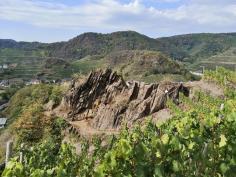Markante Felsformation in den Weinbergen vor Mayschoß