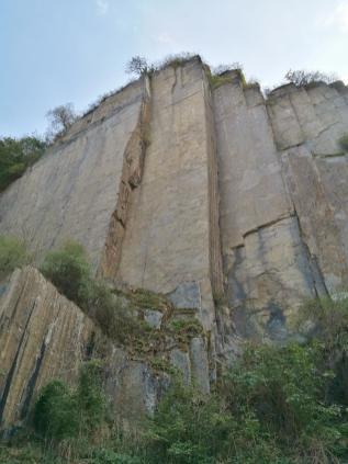 Steile Schieferfelsen am Ahrufer in Altenahr