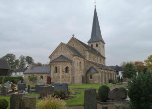 Sankt Johannes Enthauptungskirche auf dem historischen Friedhof in Lohmar