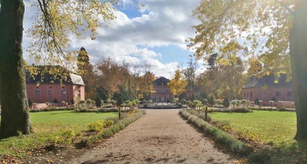 Panoramabild von der Hauptachse im Park von Schloss Wickrath