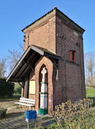 Am Orstrand von Kapellen: Hier wurde ein Stromhäuschen um einen jahrhunderte alten Kniefall herum gebaut