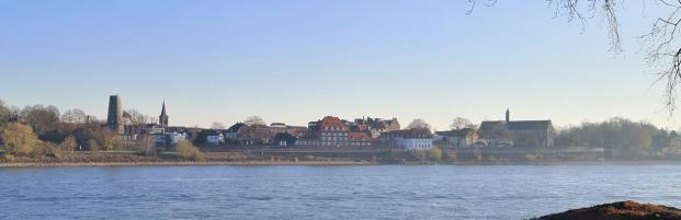 Panoramablick auf die historische Kulisse von Kaiserswerth mit der Ruine der mittelalterlichen Kaiserpfalz