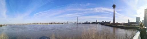 Panoramabild vom Rheinknie mit der Altstadt und Düsseldorf-Oberkassel im Hintergrund