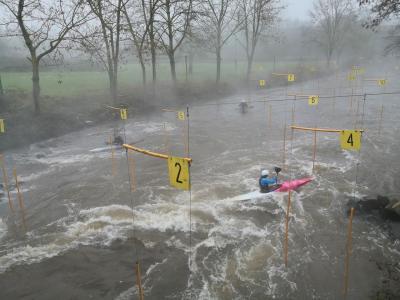 Wildwasser-Kanuten auf der Erft