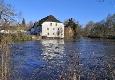 Die Eppinghover Mühle an der Erft im Neusser Süden
