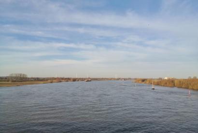 Blick von der Rheinbrücke in nördlicher Richtung stromabwärts