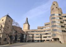 Blick vom Eingangsportal am Innenhof auf das neue Rathaus, links der Engelbert-Turm, in der Mitte der historische Bergfried, rechts der neue Treppenturm