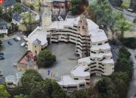 Luftbild vom neuen Rathaus, links der alte Bergfried der Burg, rechts der neue Treppenturm