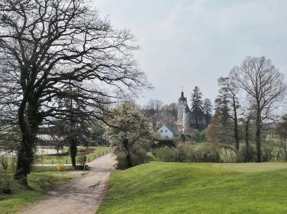 Blick durch den Golfplatz auf Burg Zievel