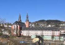 Blick vom Wanderweg auf die Kirche St. Salvator, dem Wahrzeichen von Prüm