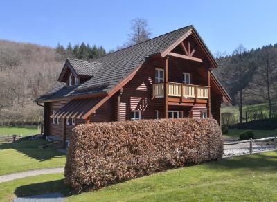 Noch ganz ohne Kratzer: Frisch errichtetes Holzhaus in Niederprüm