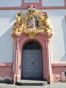Wappen der Fürstabtei über dem Portal